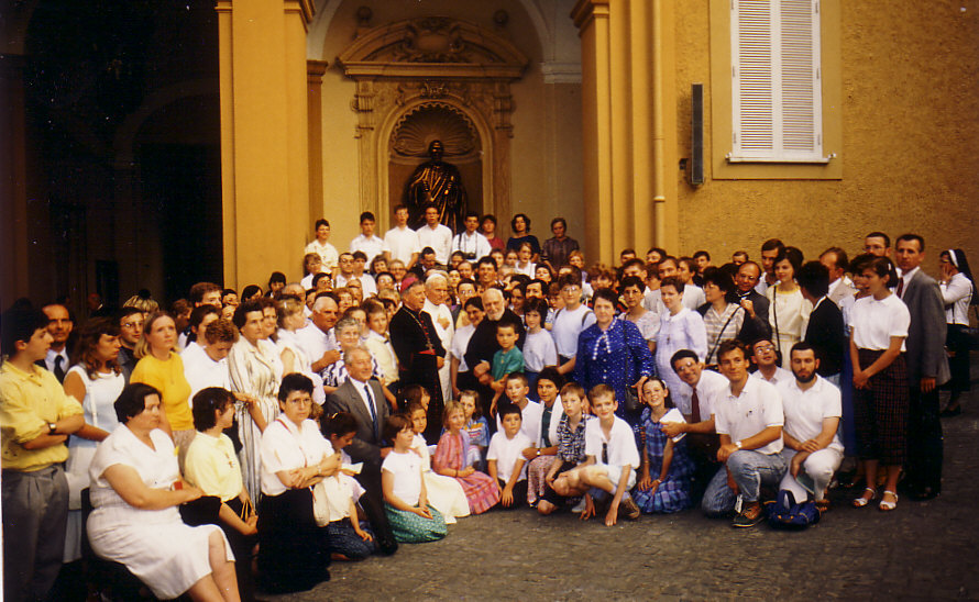 Père Marie-Joseph a conduit au coeur de l'Eglise les fils de saint François de l'OFS. Ici la fraternité séculière de Bitche entoure le saint Père.