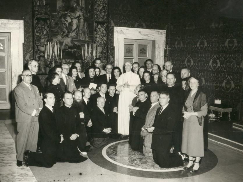 A Castegandolfo, Père Marie-Joseph et l'Abbé BURGUN (ofs) sont reçus en audience par le Pape Pie XII